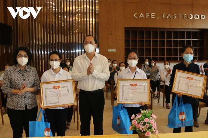 Các tình nguyện viên tôn giáo luôn hết lòng chăm sóc bệnh nhân Covid-19 tại bệnh viện dã chiến