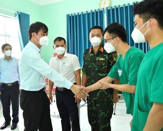 Phó Chủ tịch UBND TPHCM Lê Hòa Bình thăm hỏi, động viên lực lượng y bác sĩ quân y đang làm nhiệm vụ tại huyện Bình Chánh. Ảnh: VIỆT DŨNG