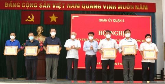 TrưởngBan Tuyên giáo Thành ủy TPHCM Phan Nguyễn Như Khuê và Bí thư Quận ủy quận 5 Nguyễn Mạnh Cường tặng giấy khen tới các phường đã làm tốt công tác phòng chống dịch Covid-19