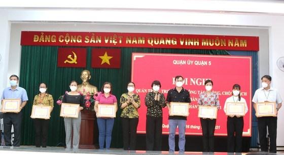 Phó Bí thư Thường trực Quận ủy quận 5 Huỳnh Ngọc Nữ Phương Hồng và Chủ tịch UBND quận 5 Trương Minh Kiều trao giấy khen tới các đơn vị làm tốt công tác phòng chống dịch và chăm lo an sinh xã hội