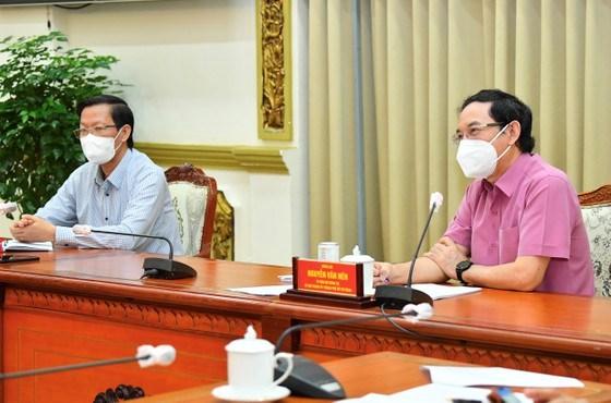 Bí thư Thành ủy TPHCM Nguyễn Văn Nên và Chủ tịch UBND TPHCM Phan Văn Mãilắng nghe các chuyên gia góp ý về kế hoạch phòng chống dịch và phục hồi kinh tế sau ngày 15-9. Ảnh: VIỆT DŨNG