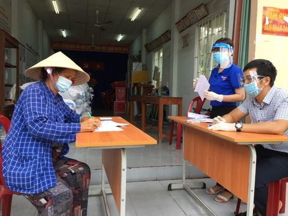 Người lao động tự do trên địa bàn huyện Nhà Bè nhận hỗ trợ trong những ngày giãn cách xã hội