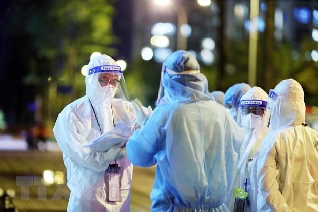 Bác sĩ Bệnh viện dã chiến thu dung, điều trị COVID-19 số 3 (thành phố Thủ Đức) thông đêm tiếp nhận bệnh nhân. (Ảnh: Xuân Khu/TTXVN)