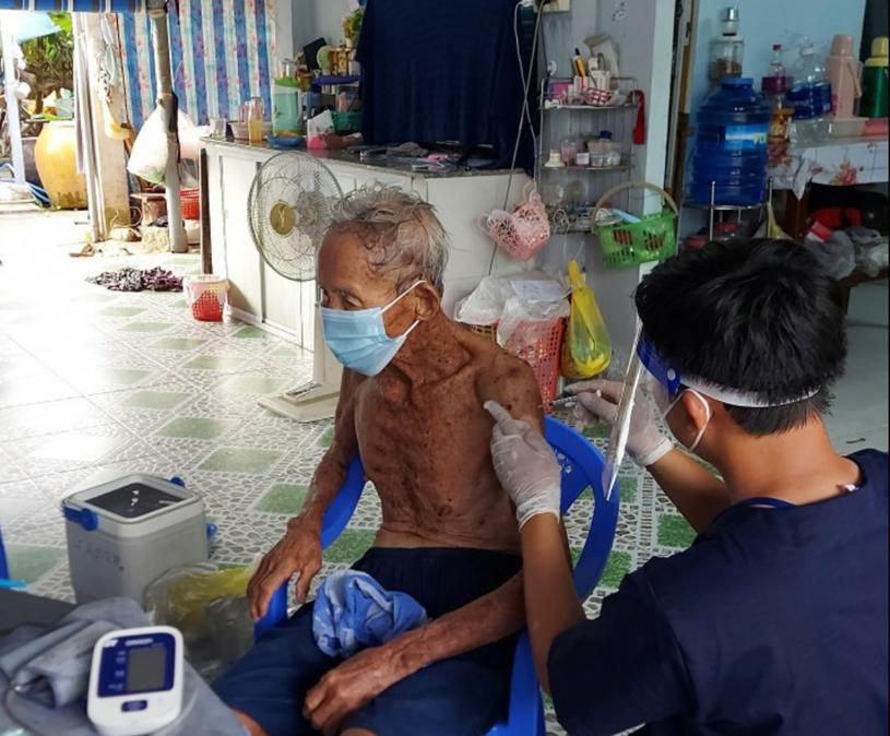 Ảnh minh họa:Triển khai tiêm chủng tại nhà cho những người khó khăn trong di di chuyển tại huyện Cần Giờ (nguồn: Trung tâm Y tế huyện Cần Giờ).