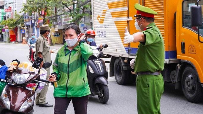Từ chiều 22/9, các chốt kiểm soát tại các tuyến đường lớn như Quang Trung, Lý Thường Kiệt (thị trấn Hóc Môn, huyện Hóc Môn) bắt đầu triển khai mô hình lấy mẫu test nhanh ngẫu nhiên người lưu thông.