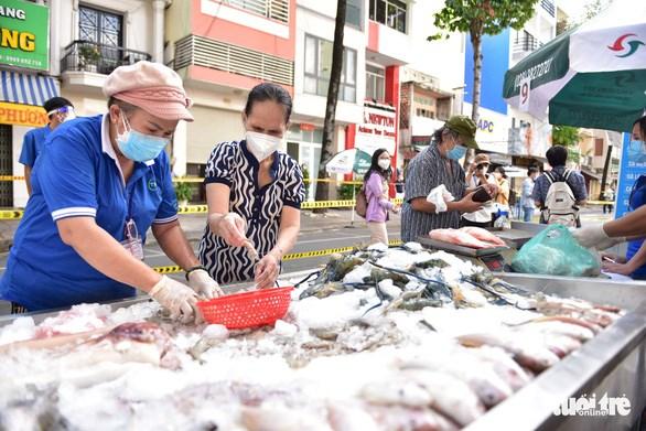 Sáng 22/9, người dân phường 3, quận 5 được tự tay lựa chọn thịt cá theo ý của mình - Ảnh: NGỌC PHƯỢNG