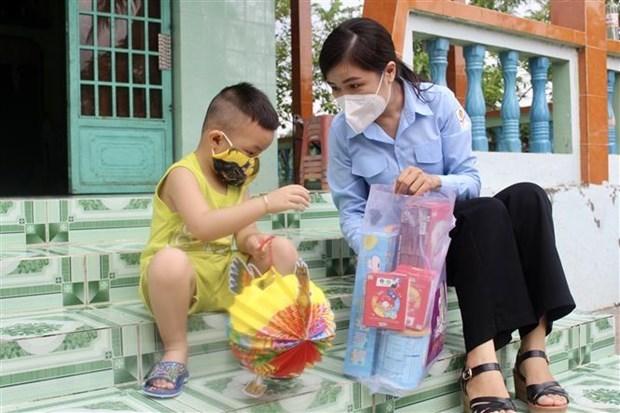 Trao quà Trung Thu cho thiếu nhi khó khăn tại huyện Bình Chánh, Tp. Hồ Chí Minh. (Ảnh: Hồng Giang/TTXVN)