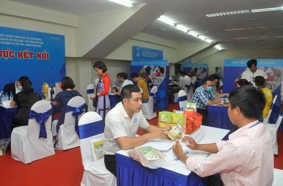 Nhà phân phối và nhà cung cấp trao đổi tại hội nghị. Ảnh: CAO THĂNG