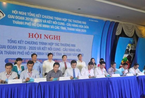 Ký kết hợp tác thương mại giữa TPHCM và các tỉnh, thành giai đoạn 2021-2025. Ảnh: CAO THĂNG