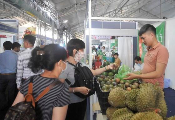 Khách hàng mua đặc sản tại gian hàng của tỉnh Lâm Đồng. Ảnh: CAO THĂNG