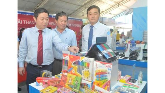 Phó Chủ tịch UBND TPHCM Dương Anh Đức tham quan gian hàng sản phẩm công nghiệp chủ lực, sản phẩm tiềm năng của TPHCM giới thiệu tại hội nghị. Ảnh: CAO THĂNG