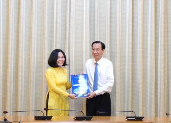 Phó Chủ tịch Thường trực UBND TPHCM Lê Thanh Liêm trao quyết định bổ nhiệm chức vụ Phó Giám đốc Sở Tài chính TPHCM tới bà Phan Thị Hồng