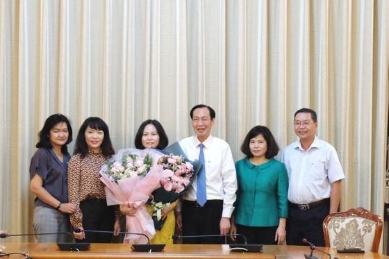 Tân Phó Giám đốc Sở Tài chính TPHCM Phan Thị Hồng nhận hoa chúc mừng của lãnh đạo UBND TPHCM và lãnh đạo Sở Tài chính TPHCM