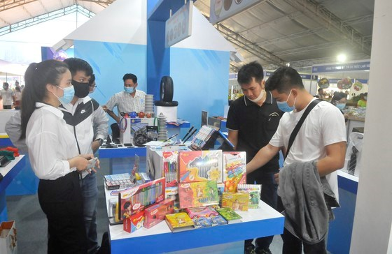 Khách hàng xem các sản phẩm được sản xuất tại TPHCM. Ảnh: CAO THĂNG