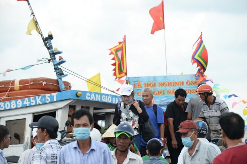 Người dân đảo Thạnh An đổ về thị trấn Cần Thạnh, huyện Cần Giờ tham dự lễ hội