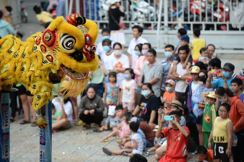 Người dân và khách du lịch thưởng thức biểu diễn lân sư rồng