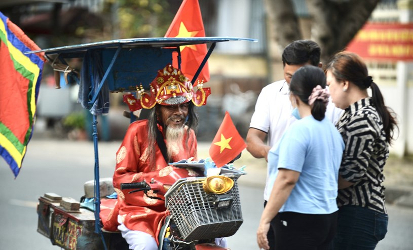 """Nhân dịp lễ hội, ông """"Thần Tài"""" bán vé số cho khách du lịch cũng được kha khá"""