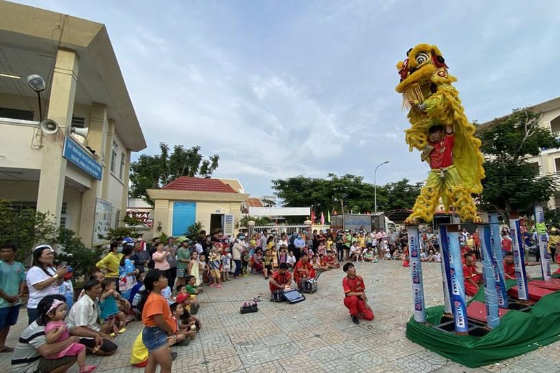Biểu diễn lân sư rồng tại lễ hội Nghinh Ông