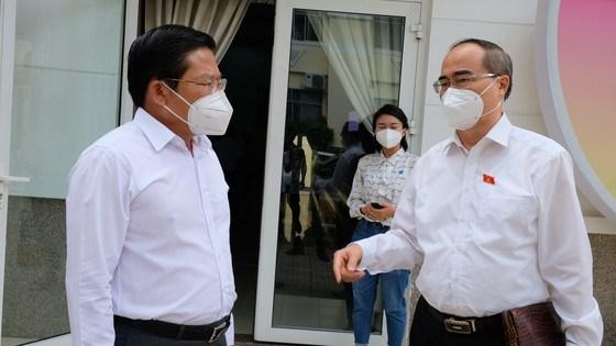 ĐBQH Nguyễn Thiện Nhân trao đổi với Bí thư Quận ủy quận Bình Tân Lê Văn Thinh bên lề buổi tiếp xúc cử tri