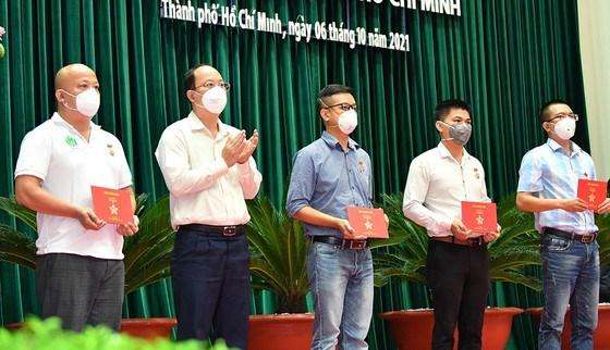 Phó Bí thư Thành ủy TPHCM Nguyễn Hồ Hải trao tặng Huy hiệu TPHCM cho các bác sĩ tăng cường tham gia phòng chống dịch Covid-19 trên địa bàn TPHCM. Ảnh:VIỆT DŨNG