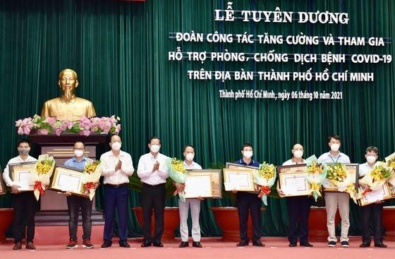Chủ tịch UBND TPHCM Phan Văn Mãi và Phó Bí thư Thành ủy TPHCM Nguyễn Hồ Hải tặng Bằng khen cho các đoàn công tác tăng cường tham gia phòng chống dịch COVID-19 trên địa bàn TPHCM. Ảnh: VIỆT DŨNG