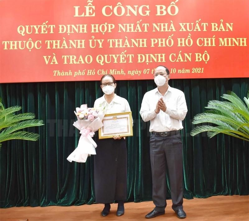 Phó Bí thư Thành ủy TPHCM Nguyễn Hồ Hải trao Bằng khen cho đồng chí Trịnh Bích Ngân.