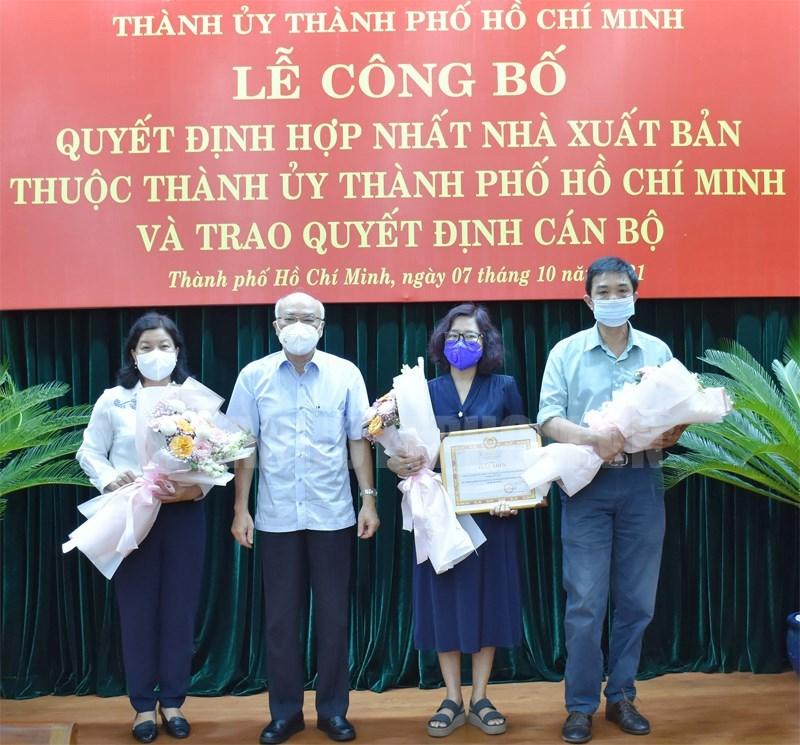 Trưởng Ban Tuyên giáo Thành ủy TPHCM Phan Nguyễn Như Khuê trao Giấy khen cho đại diện Nhà Xuất bản Văn hóa - Văn nghệ TPHCM (giai đoạn 2010 - 2020).