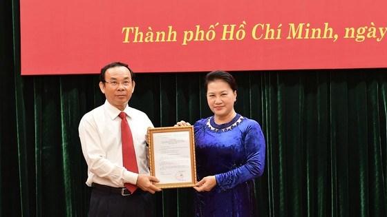 Đồng chí Nguyễn Thị Kim Ngân, Ủy viên Bộ Chính trị, Chủ tịch Quốc hội trao quyết định cho đồng chíNguyễn Văn Nên. Ảnh: VIỆT DŨNG