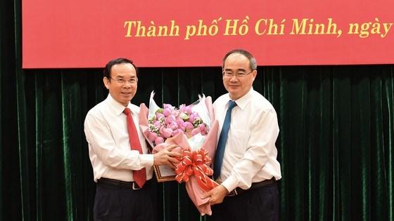 Đồng chí Nguyễn Thiện Nhân, Ủy viên Bộ Chính trị, Bí thư Thành ủy TPHCM tặng hoa chúc mừng đồng chí Nguyễn Văn Nên. Ảnh: VIỆT DŨNG