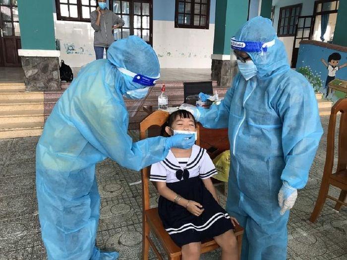 Học sinh trường Tiểu học Thạnh An được xét nghiệm COVID-19, chuẩn bị cho việc trở lại trường. Ảnh: HB