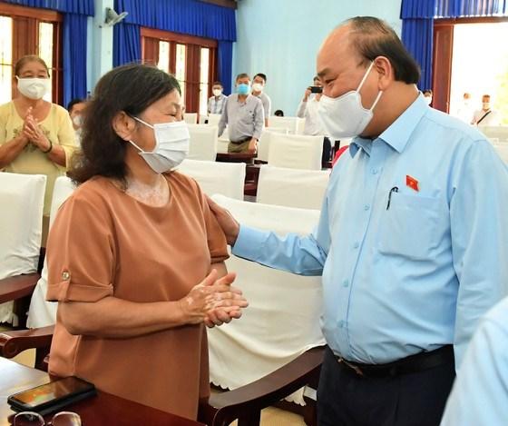 Chủ tịch nước Nguyễn Xuân Phúc trò chuyện với cử tri. Ảnh: VIỆT DŨNG