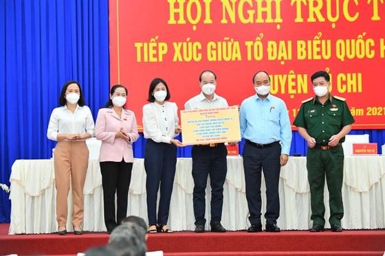 Chủ tịch nước Nguyễn Xuân Phúc cùng đoàn công tác tặng huyện Củ Chi 500 túi thuốc điều trị F0. Ảnh: VIỆT DŨNG