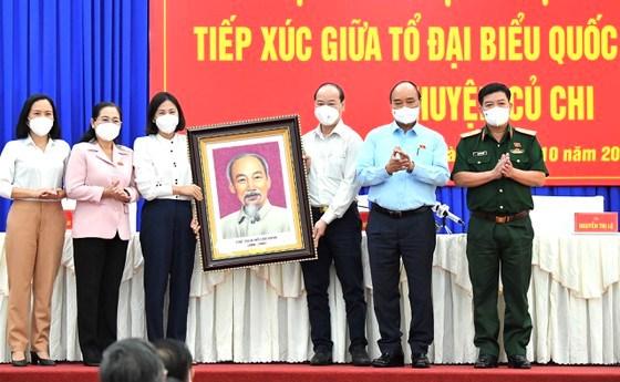 Chủ tịch nước Nguyễn Xuân Phúc tặng huyện Củ Chi chân dung Chủ tịch Hồ Chí Minh. Ảnh: VIỆT DŨNG