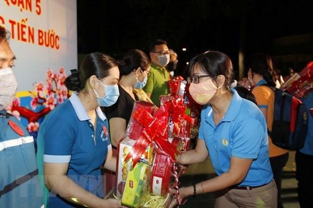 Lãnh đạo Liên đoàn Lao động thành phố trao tặng quà và tiền Tết cho người lao động có hoàn cảnh khó khăn ở quận 5 trong Chương trình 'Tết Sum vầy' năm 2020. (Ảnh: Thanh Vũ/TTXVN)