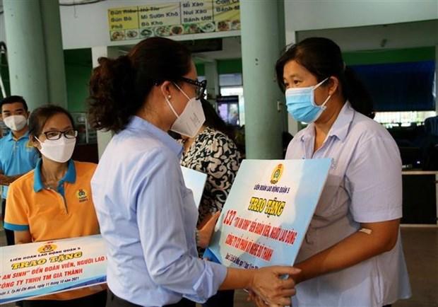 Lãnh đạo Liên đoàn Lao động TP và quận 5 trao 5.000 túi an sinh cho đoàn viên công đoàn, người lao động ở các đơn vị, doanh nghiệp bị ảnh hưởng bởi dịch COVID-19