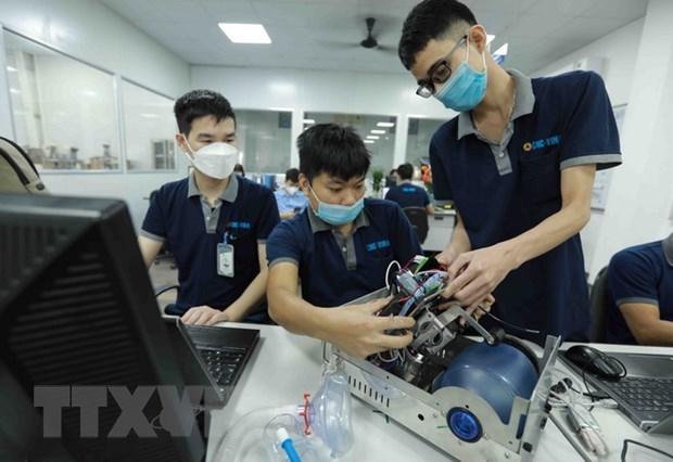 Nhân viên của Công ty Cổ phần Ứng dụng Công nghệ & CNC-Vina lắp ráp thiết bị máy trợ thở tại nhà máy. (Ảnh: Vũ Sinh/TTXVN)
