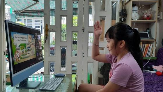 Học sinh tiểu học tại TPHCM tham gia học trực tuyến qua internet