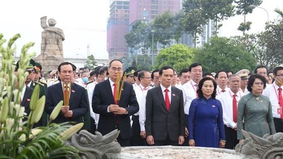 Đoàn đại biểu dự Đại hội đại biểu Đảng bộ TPHCM lần thứ XI dâng hương các Anh hùng Liệt sĩ, tưởng nhớ Chủ tịch Hồ Chí Minh - Ảnh 4