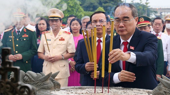 Bí thư Thành ủy TPHCM Nguyễn Thiện Nhân dânghương tại Nghĩa trang Liệt sĩ TPHCM . Ảnh: HOÀNG HÙNG