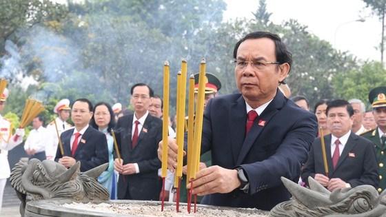 Đồng chí Nguyễn Văn Nên, Bí thư Trung ương Đảng dânghương tại Nghĩa trang Liệt sĩ TPHCM. Ảnh: HOÀNG HÙNG