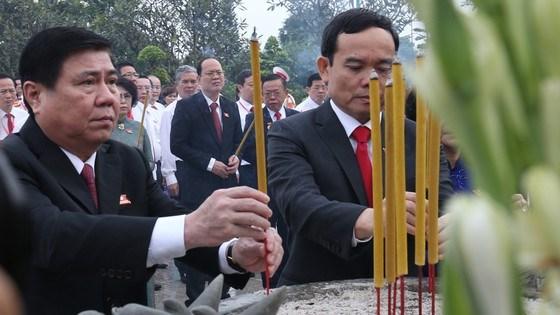 Đoàn đại biểu dự Đại hội đại biểu Đảng bộ TPHCM lần thứ XI dâng hương các Anh hùng Liệt sĩ, tưởng nhớ Chủ tịch Hồ Chí Minh - Ảnh 5