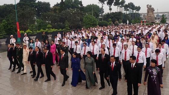 Đoàn đại biểu dự Đại hội đại biểu Đảng bộ TPHCM lần thứ XI dâng hương các Anh hùng Liệt sĩ, tưởng nhớ Chủ tịch Hồ Chí Minh - Ảnh 1