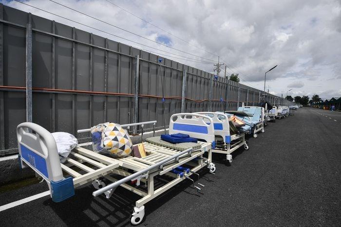 Giường bệnh trống được tháo dỡ, phơi nắng và khử khuẩn toàn bộ. Những ngày giữa tháng 8 và đầu tháng 9, số giường này luôn đầy bệnh nhân.