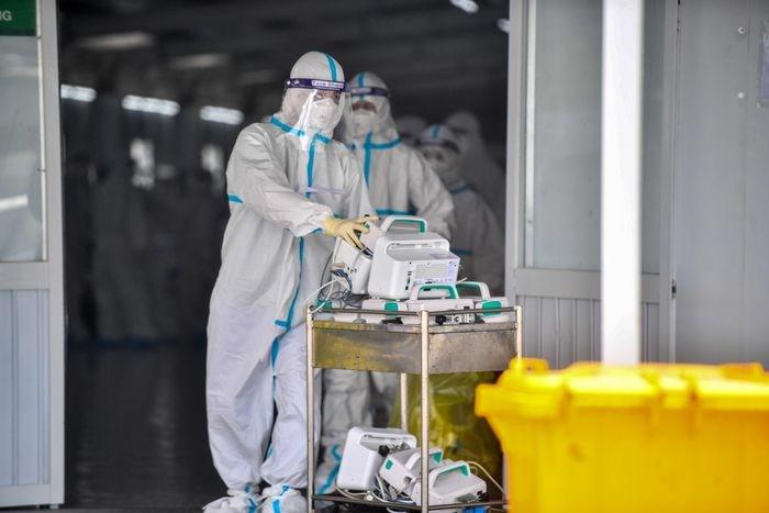 Những ngày làm việc cuối cùng, nhân viên y tế của Bệnh viện Hữu nghị Việt Đức chia thành 2 nhóm, một kíp chăm sóc người bệnh và bàn giao máy móc, hồ sơ bệnh án cho y bác sĩ của Bệnh viện Đại học Y Dược TPHCM.