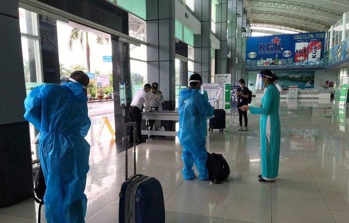 Những hành khách đầu tiên trên chuyến bay nội địa được mở lại giữa Thành phố Hồ Chí Minh và Rạch Giá. (Ảnh: CTV/Vietnam+)