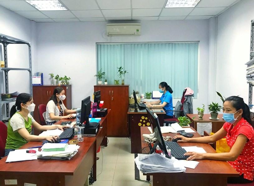 Cán bộ, chuyên viên cơ quan BHXH TP.HCM giải quyết hồ sơ hỗ trợ cho người lao động theo Nghị quyết 116