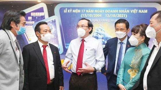 Bí thư Thành ủy TPHCMNguyễn Văn Nên trao đổi vớicác doanh nhân. Ảnh:HOÀNG HÙNG