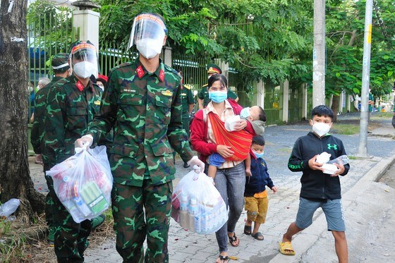 Bộ Tư lệnh TPHCM phối hợp Sở Giao thông Vận tải TPHCM, UBND huyện Nhà Bè hỗ trợ đưa 94 người dân về quê nhà ở các tỉnh Tây Nguyên. Ảnh: HỮU TÂN