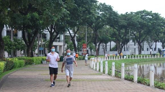 Người dân dạo mát, tập thể dục khu vực hồ Bán Nguyệt, quận 7