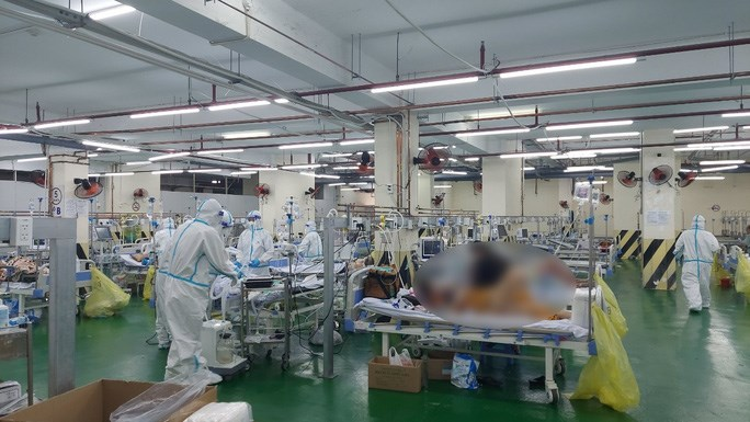 Các bác sĩ đang thăm khám, hỗ trợ cho một bệnh nhân thở máy tại Khu Hồi sức, Bệnh viện dã chiến số 3. (Ảnh: HẢI YẾN)
